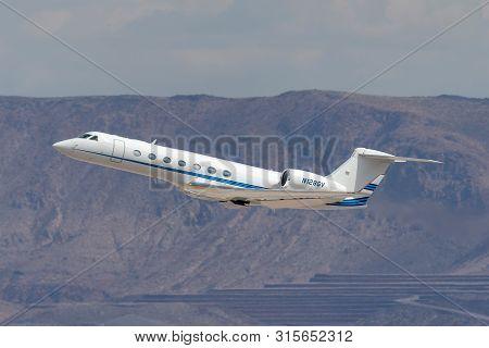 Las Vegas, Nevada, Usa - May 8, 2013: Gulfstream G-550 Luxury Business Jet N128gv Departing Mccarran