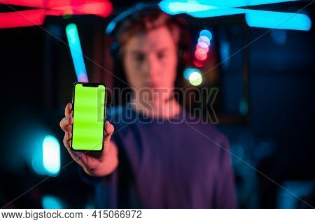 An Experienced Gamer Guy Advertises The Phone, Holds It At Arms Length, Shows The Screen