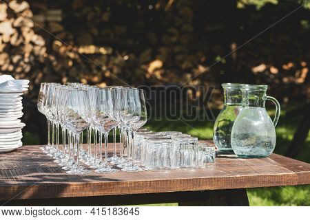 Wine glasses are lined up.Wedding banquet.Clean champagne glasses on the table.for water on the banq