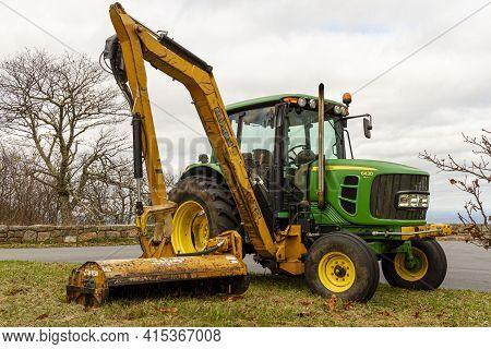 Shenandoah, Va, Usa 10/31/2020: A Green John Deere Model 6430 Tractor With A Side Hydraulic Arm Atta