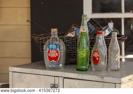 Clifton, Va, Usa 11-14-020: A Set Of Vintage Empty Glass Bottles Of Beverages (bicentennial Log Cabi