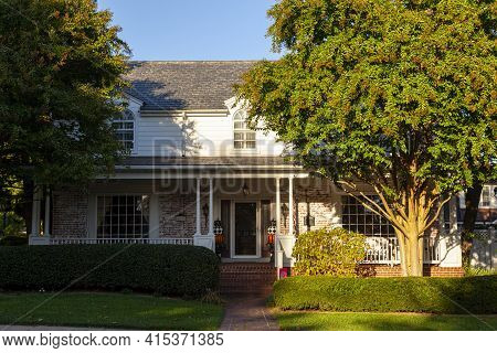 Frederick Md, Usa 10/13/2020: A Colonial Era Two Story House In The Historic City Of Frederick. It H
