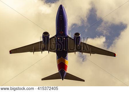Washington Dc, Usa 10/02/2020: Over Head Image Of A Southwest Airlines Aircraft (boeing 737)  After