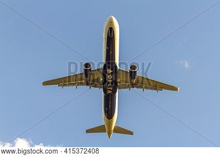 Washington Dc, Usa 10/02/2020: Over Head Image Of A Delta Airlines Aircraft (airbus A321)  After Tak