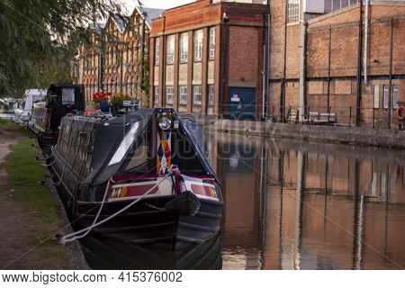 Close Up Look At A Narrow Boat House That Is Docked In A Canal In Oxford. A Few Of Them Are Lined An