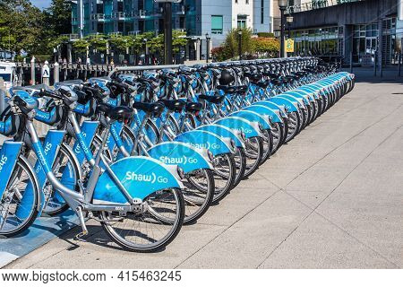 Vancouver, Bc Canada - Septembre 2, 2020: A Row Of Bicycles At Mobi Bike-share Station.
