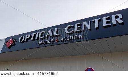 Bordeaux , Aquitaine France - 03 29 2021 : Optical Center Logo Text Shop Sign Brand On Store French