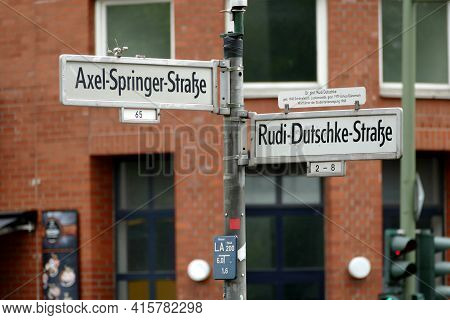 Berlin, Deutschland, 4. Juli 2020, Symbolic Road Crossing. Symbolic Street Crossing In Berlin Kreuzb