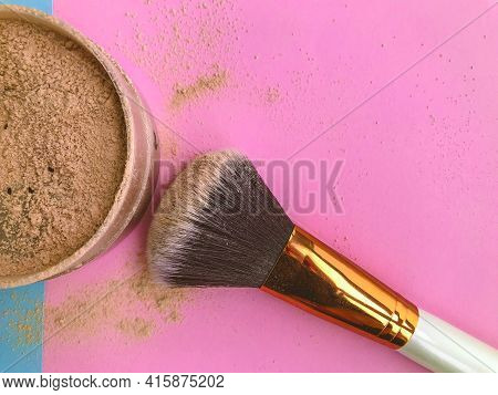 Makeup Brush And Powder In A Brown Jar. Powder For Girls With Dark Skin. Powder For Contouring On A