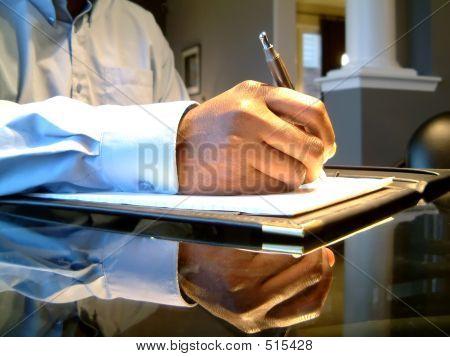 Homem assinando o documento do Office