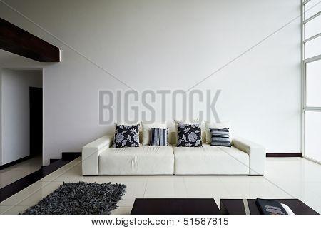 Interior Design-Serie: moderne Wohnzimmer mit großen leere weiße Wand