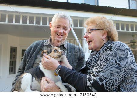 älteres Ehepaar mit Hund