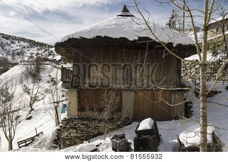 palloza snow cover