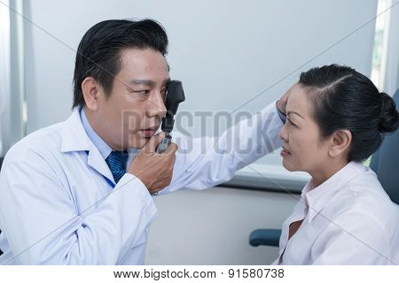 Using ophthalmoscope