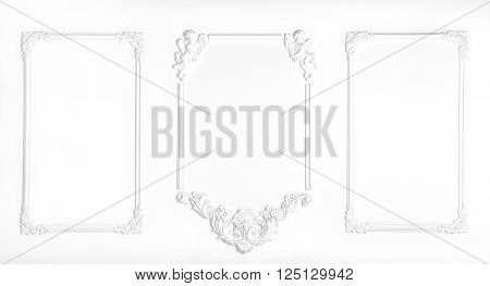 White wall decorated with stucco and molding in the style of Renaissance Baroque.