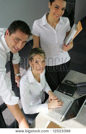 Dipendenti che lavorano in ufficio