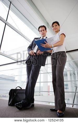 Wiating ludzi biznesu na konferencji w sali
