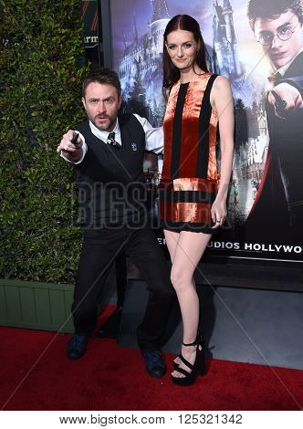 LOS ANGELES - APR 05:  Chris Hardwick & Lydia Hearst arrives to the Wizarding World of Harry Potter Opening  on April 05, 2016 in Hollywood, CA.