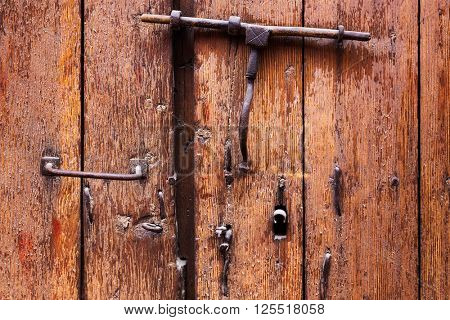keyhole and a heck of wooden door