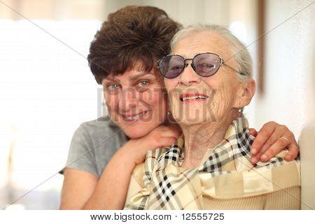 Happy Woman mit älteren Menschen-Mutter