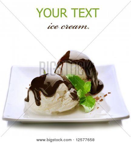 Eis mit Schokolade Topping.Dessert, isolated on white