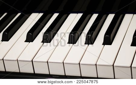 piano keyboard octave keys black and white frets reflected