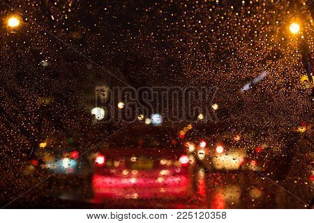 De focused/blur image of city at night.blurred urban abstract traffic background.Night blurred bokeh light city of cars,light of the car in night time background,bokeh of the car in night