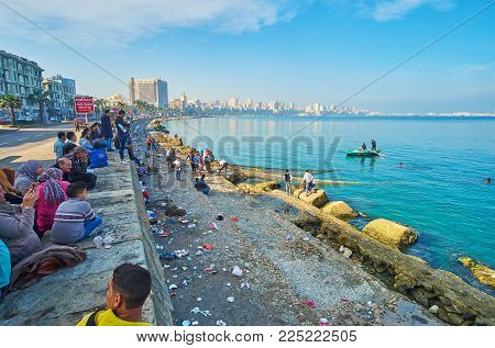 Alexandria, Egypt - December 17, 2017: The Fishermen Crew Gathered A Crowd Of Onlookers In Corniche
