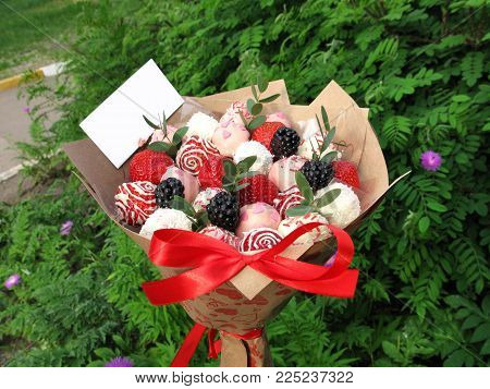 Photo strawberry blackberry berry sweet chocolate bouquet romantic gift