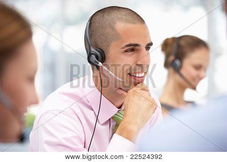Jonge zakenman dragen hoofdtelefoon