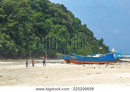 Kudat,sabah-feb 3,2018:view Of Kulambu Sandy Tropical Beach In Kudat,sabah.it Is A Sand Bar Joining