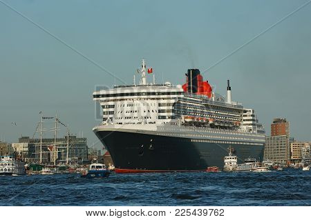 Hamburg, Germany - August 19, 2012: Queen Mary 2, The Luxurious Cunard Liner Leaves The Port Of Hamb