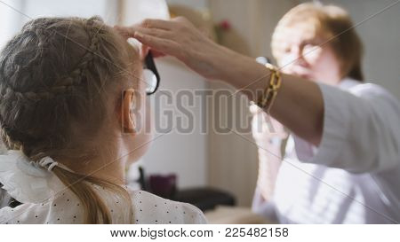 Diagnostic In Child's Ophthalmology - Optometrist Diagnosis Little Girl