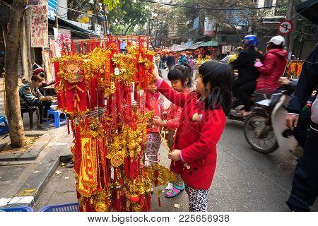 Hanoi, Vietnam - Jan 26, 2017: Children Seeing Decoration For Vietnamese Lunar New Year On Hang Ma S