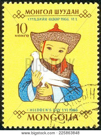 Ukraine - Circa 2018: A Postage Stamp Printed In Mongolia Show The Mongolian Child In A Bright Natio