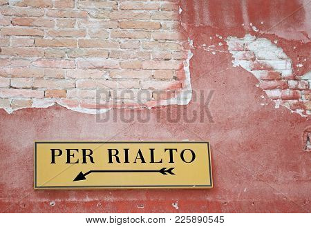Big Road Sign With The Arrow With The Indication To Reach The Famous Rialto Bridge In Venice In Ital