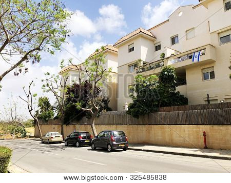 Rishon Le Zion, Israel  March 12, 2019: Private Houses, Trees And Streets  In Rishon Le Zion, Israel