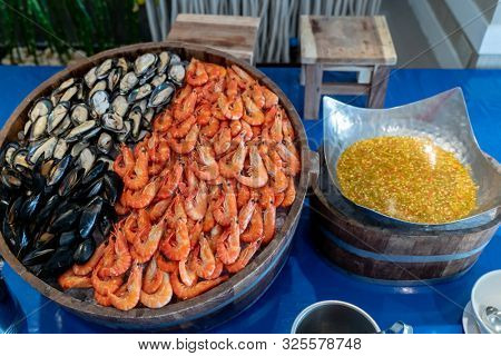 Red Shrimp Green Mussel and Black Mussel in Seafood on ice buffet bar