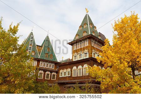 Moscow, Russia - October 2, 2019: Wooden Palace And Yellow Trees In Kolomenskoye Park On Autumn Sunn