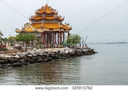 Si Racha, Thailand - March 16, 2019: Red Roofed Guan Yin Circular Shrine On Edge Of Ko Loi Island Su
