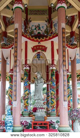 Si Racha, Thailand - March 16, 2019: Gray Statue Of Guan Yin In The Middle Of Her Open Circular Shri