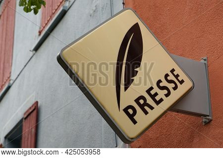 Toulouse , Occitanie France - 06 16 2021 : Presse French Sign Brand And Logo Text Newspaper Store Se