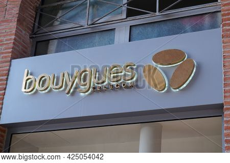 Toulouse , Occitanie France - 06 16 2021 : Bouygues Telecom Office Brand Text And Sign Logo French P