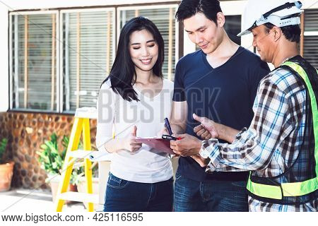 Asian Couple, Husband Receives A Job From A Home Improvement Engineer, Who Will Come To Renovate The