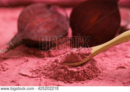 Organic Beet Root Powder. Health Benefits Of Beetroot Powder.