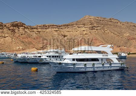 Sharm El Sheikh, Egypt - June 7, 2021: Luxury Yachts With Tourists On Board Cruising Around The Bay