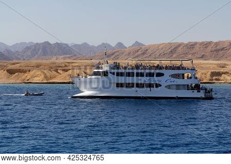 Sharm El Sheikh, Egypt - June 7, 2021: Luxury Yacht With Tourists In A Bay Of The Red Sea In Sharm E