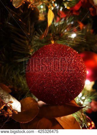 Bola De Adorno De árbol De Navidad. Foto Tomada En Madrid En Diciembre De 2020
