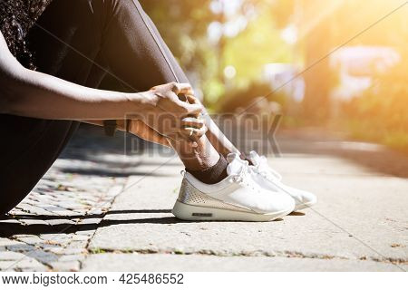 Female Jogger Having Pain In Her Leg