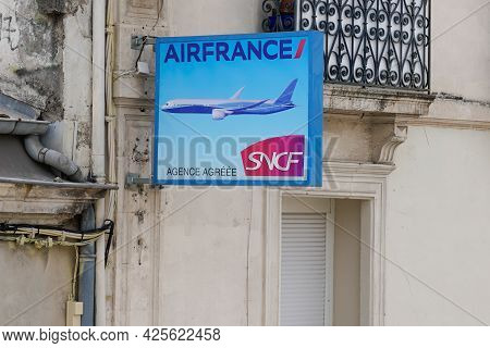 Sète , Ocitanie France  - 06 30 2021 : Air France And Sncf Brand Logo And Text Sign On Wall Building